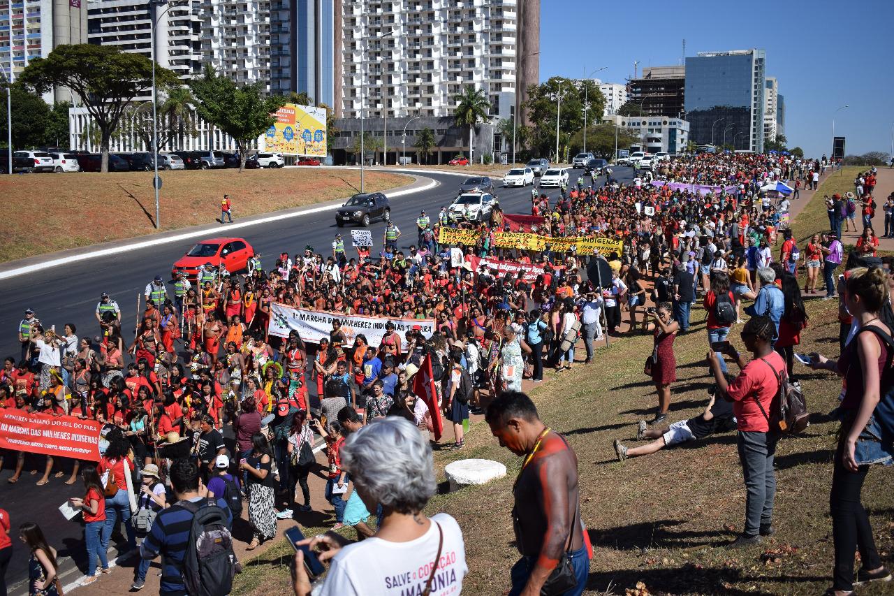 1ª Marcha das Mulheres Indígenas marca a história brasileira ao levar 3 mil mulheres às ruas em defesa dos territórios