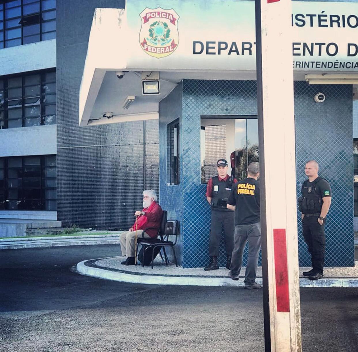 Proibido de visitar o Presidente Lula, Leonardo Boff fará plantão na sede da PF de Curitiba