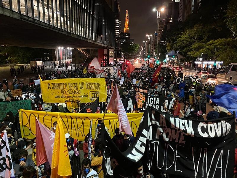 """""""Nem bala, nem fome e nem covid"""": movimento negro ocupa as ruas de SP no 13 de maio"""